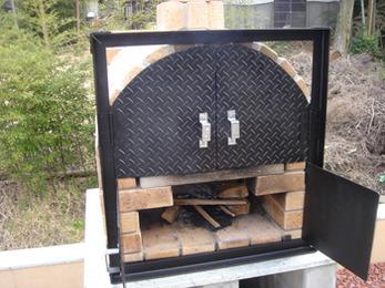 耐火煉瓦と十和田石を使用した本格的なピザ窯を作っていただきました。